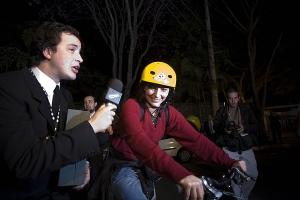 Soninha chega de bicicleta, e é abordada por Rafael Cortez
